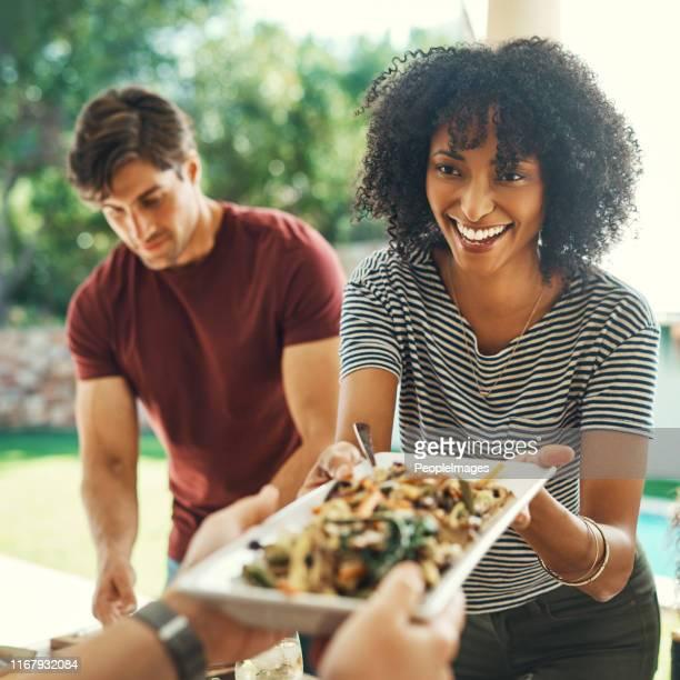 la buena comida siempre reúne a todos - pase fotografías e imágenes de stock