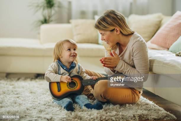 buen trabajo amorcito, han aprendido a tocar una guitarra! - ovacionar fotografías e imágenes de stock
