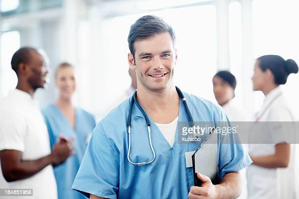 Good looking enfermero con el equipo médico