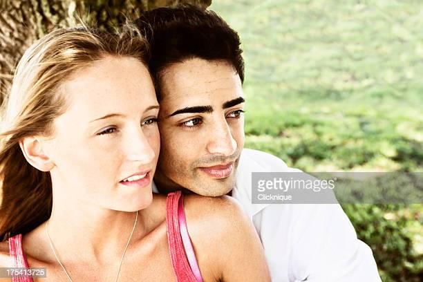 Beau jeune couple look dreamily away
