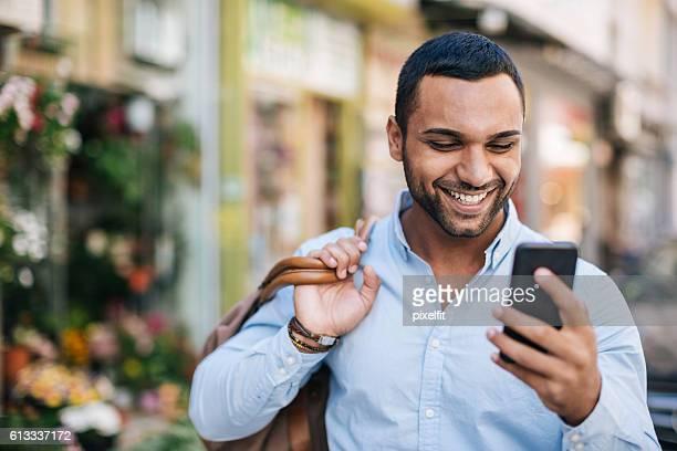 good news - midden oosterse etniciteit stockfoto's en -beelden