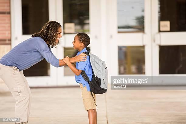 Goodbye Mutter.  Kleine Junge auf seinem ersten Schultag.