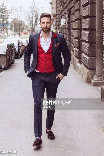 gut aussehende mann auf der straße spazieren - öffentlicher auftritt stock-fotos und bilder