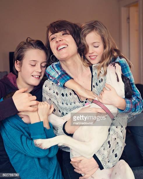 Goofy Familien portrait mit alleinerziehende Mutter Kinder und Hund.