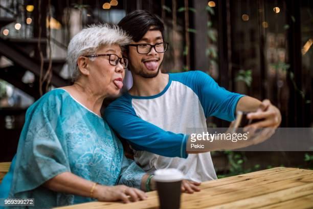 goofy grand-mère making selfie avec petit-fils - mamie humour photos et images de collection