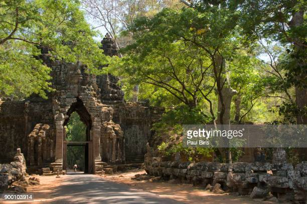 gopura gate, a temple entrance in angkor thom, cambodia - 遺跡 ストックフォトと画像