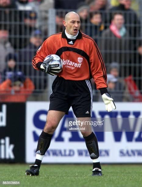 Goran Curko Torhüter des FußballZweitligisten SSV Reutlingen hält den Ball im Arm