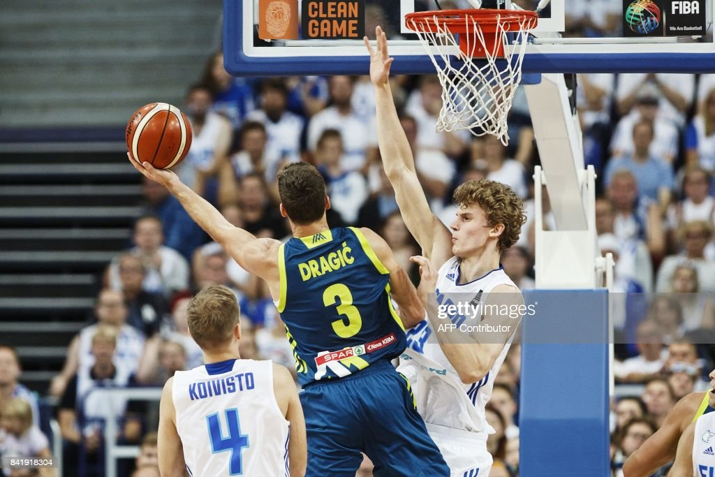 Goran Dragic (C) of Slovenia attacks against Lauri Markkanen (R) of Finland during the basketball European Championships Eurobasket 2017 qualification round match between Finland and Slovenia in Helsinki, Finland, on September 2, 2017. / AFP PHOTO / Roni Rekomaa AND Lehtikuva / Roni Rekomaa / Finland OUT