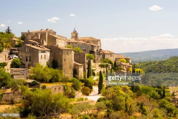 gordes, a hill top village above apt in the luberon, provence, france. - village photos et images de collection