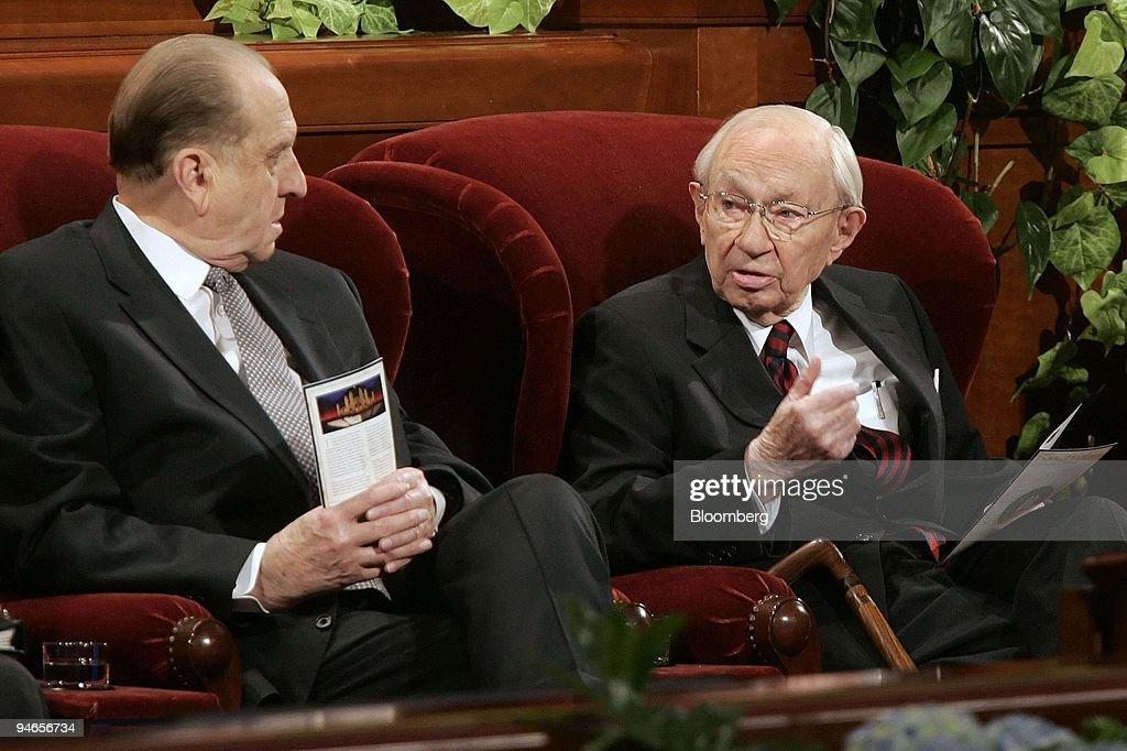 Gordon B. Hinckley, right, 96-year-old president of the Chur : News Photo