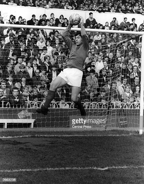 Gordon Banks Stoke City and England goalkeeper in action Original Publication People Disc HC0493