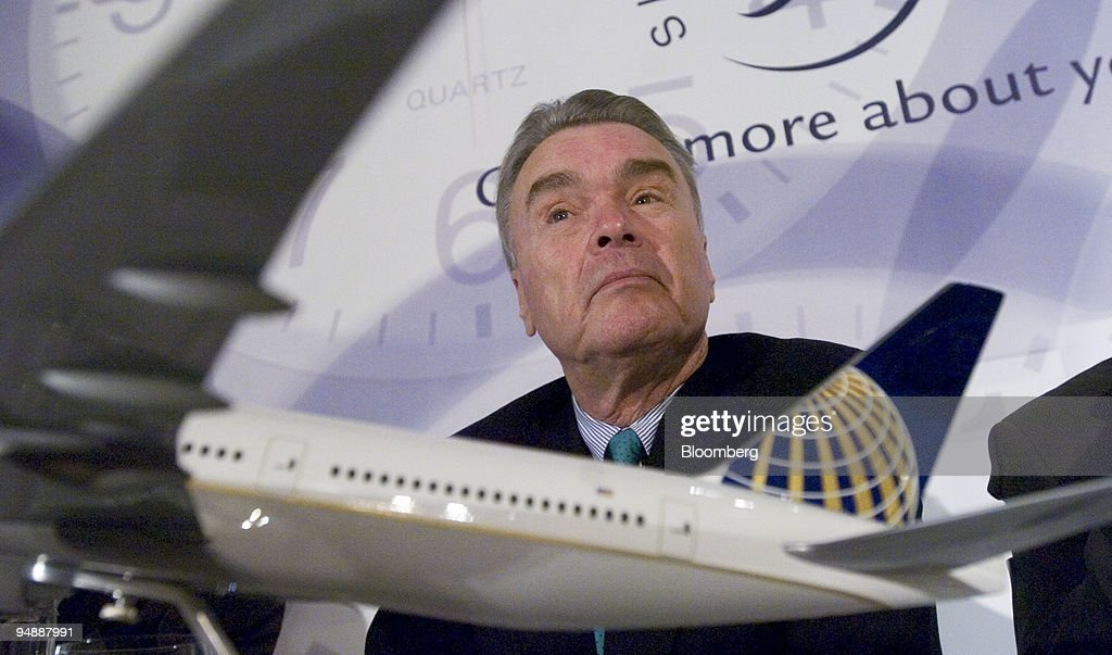 Gordon Bethune, CEO of Continental Airlines, listens during : News Photo