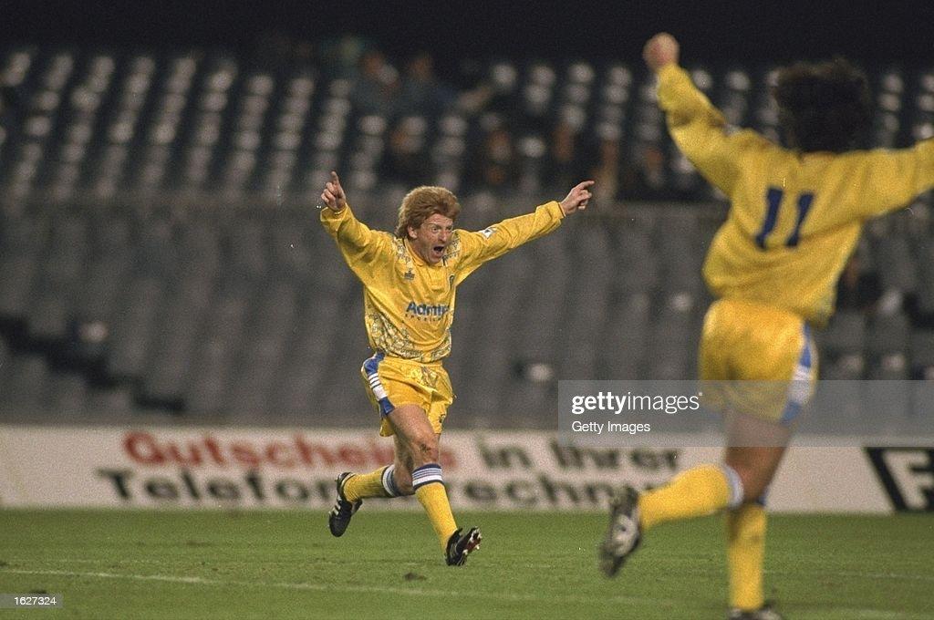 Gordon Strachan and Gary Speed  both of Leeds celebrate a goal : News Photo
