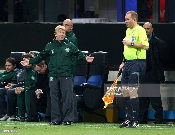 Gordon Strachan of Celtic queries the linesman's decision during the UEFA Champions League Group D match between AC Milan and Celtic at the San Siro...