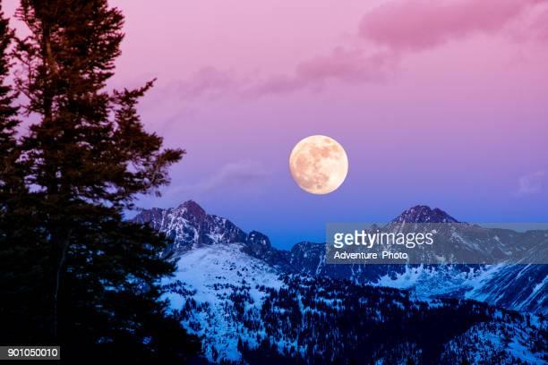 salida de la luna al atardecer gama de gore - luna llena fotografías e imágenes de stock