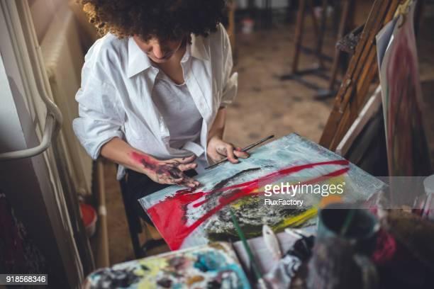 Wunderschöne Künstler im Atelier