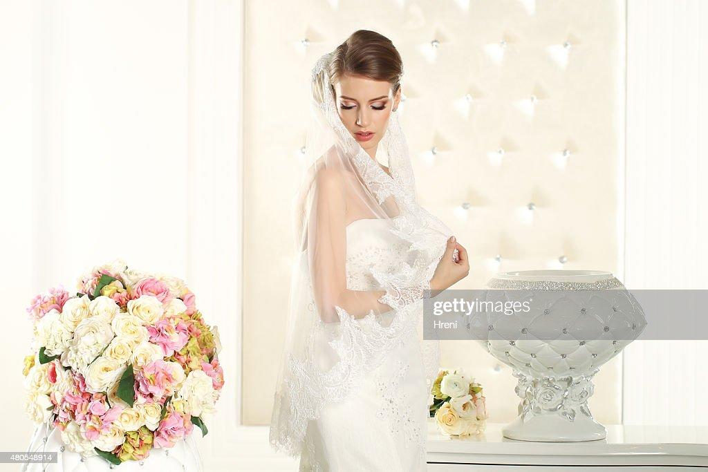 Deslumbrante Noiva em um quarto branco : Foto de stock
