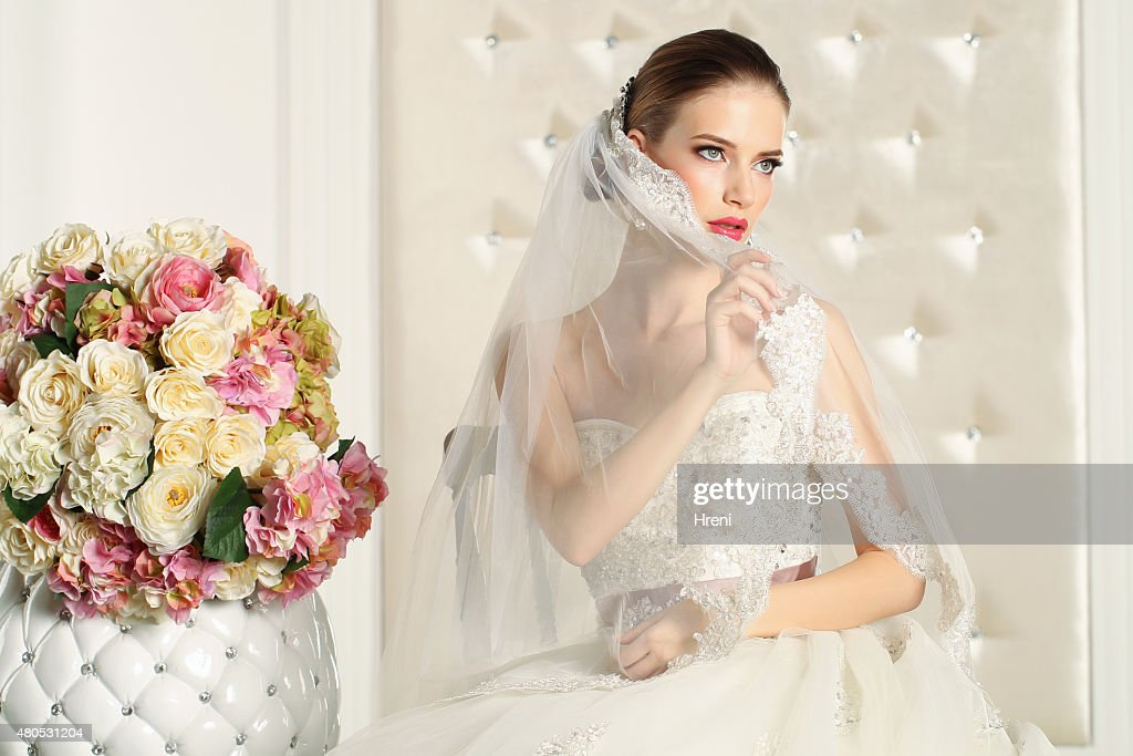 Splendida sposa in una camera bianca, posa : Foto stock