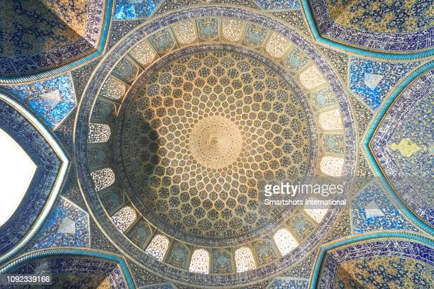 "gorgeous dome of ""masjed-e sheikh lotfollah"" mosque in isfahan, iran - moschee stock-fotos und bilder"