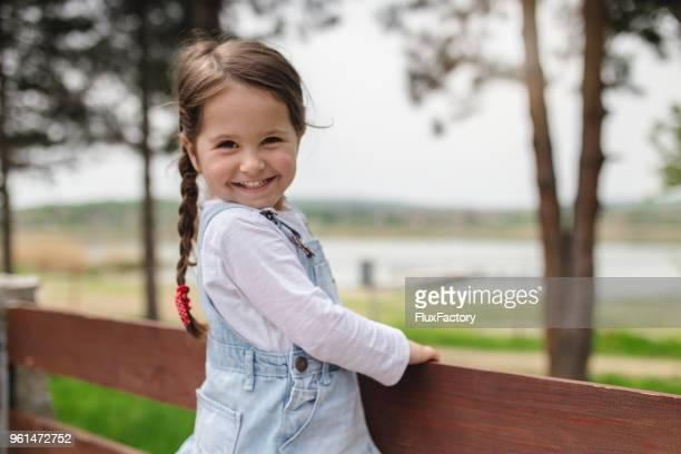 gorgeous little smiling girl - bambine femmine foto e immagini stock