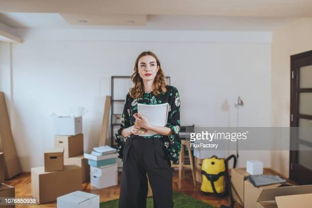 汚いアパートの豪華な不動産エージェント - 賃貸借 ストックフォトと画像