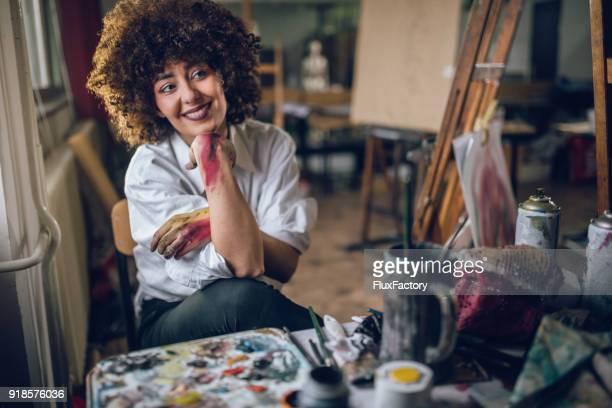 Wunderschönen lächelnden Künstler