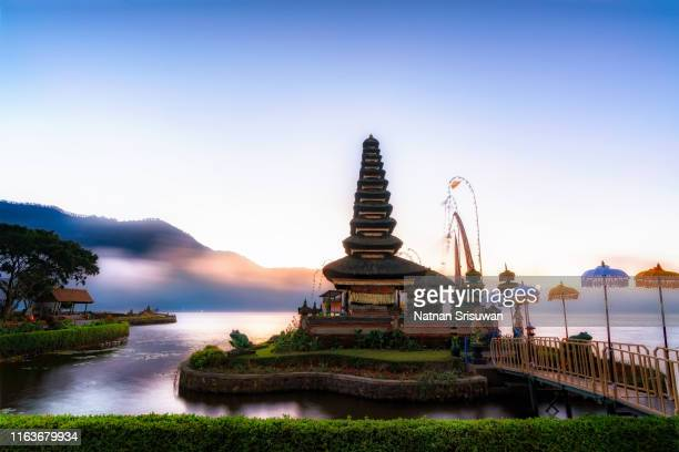 gorgeous sunrise view of pura ulun danu beratan in bali. - exotismo fotografías e imágenes de stock