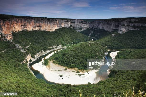 gorges de l'ardèche and ardeche river (ardeche, france) - flussbett stock-fotos und bilder