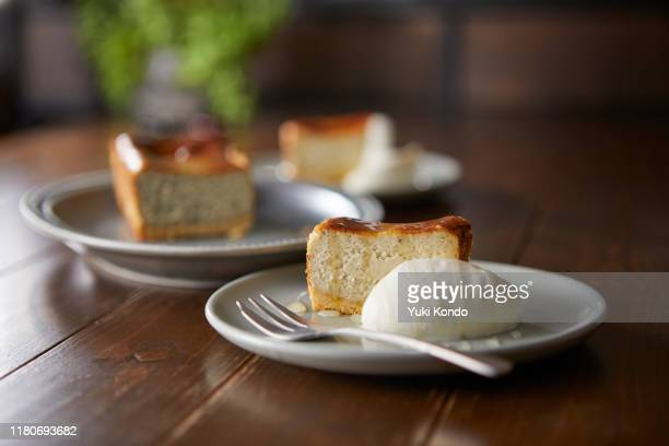 gorgonzola cheese tart cut for two. - ケーキ ストックフォトと画像
