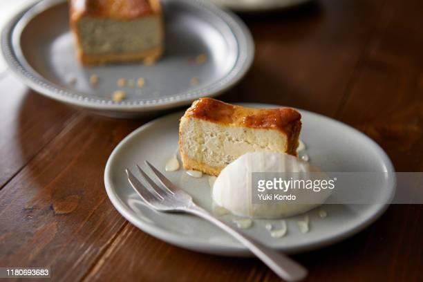 gorgonzola cheese tart cut for two. - デザート ストックフォトと画像