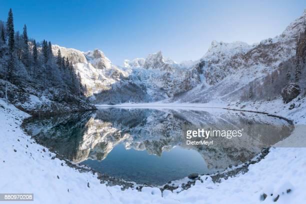 冬、ヨーロッパ アルプスでマウント ダッハシュタインと Gosausee 反射