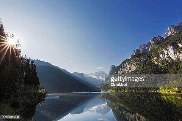 gosausee mit glacier dachstein in back-naturreservat österreich - nature reserve stock-fotos und bilder