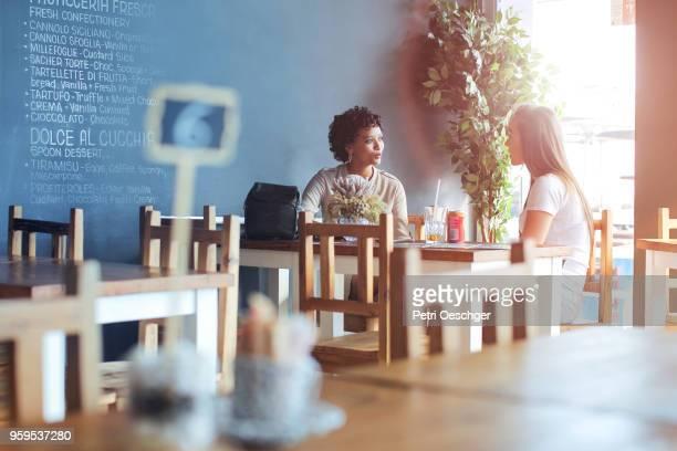 gossip girls. - freundin stock-fotos und bilder