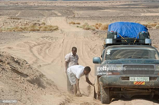 4 roues motrices a stucked danakil dans le désert, l'éthiopie. - djibouti photos et images de collection