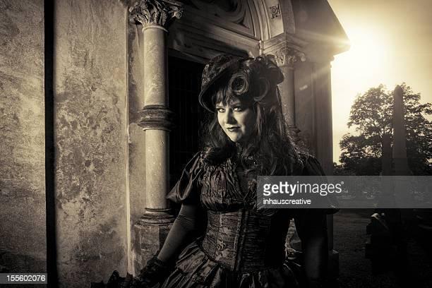 Gótico woman wearing black en cemetary