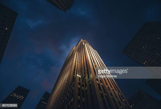 gotham city at night, new york - skyscraper imagens e fotografias de stock