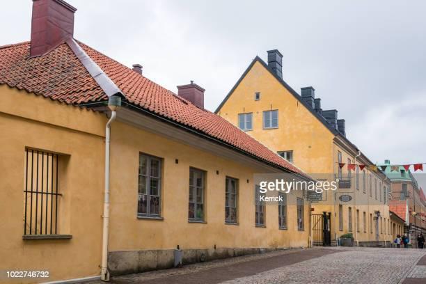 göteborg, zweden - gele historische gebouwen in de straat postgatan - västra götalands län stockfoto's en -beelden