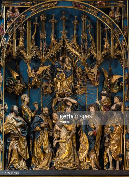 ファイト ・ シュトース作のポーランド ・ クラクフの聖マリア教会、ゴシック祭壇画 - kraków ストックフォトと画像