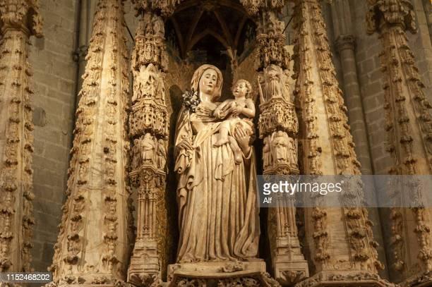gothic altarpiece in the basilica of santa maría de castelló d'empúries, girona, catalonia, spain - kunstskulptur stock-fotos und bilder