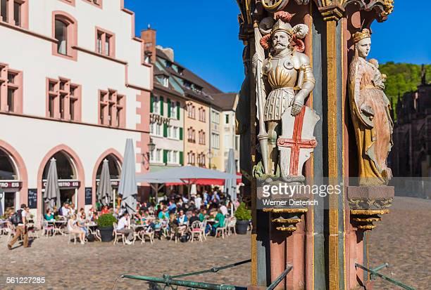 gothic fountain on munsterplatz square, freiburg - freiburg im breisgau stock-fotos und bilder