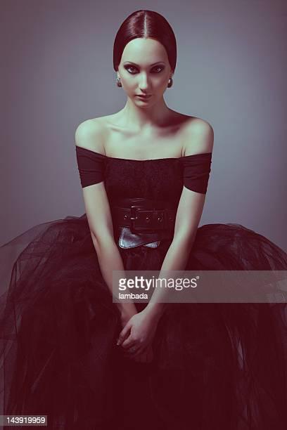 Gótica mujer en vestido negro