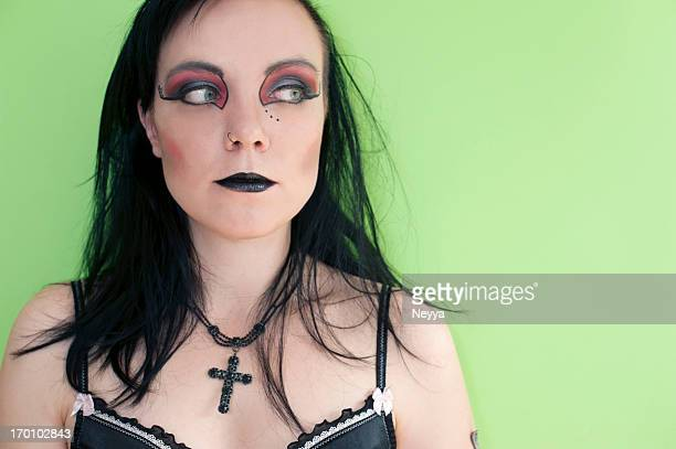 Gótica mujer con cruzamiento