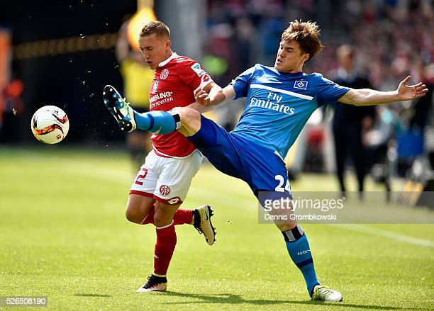 Gotoku Sakai of Hamburger SV challenges Pablo De Blasis of 1 FSV Mainz 05 during the Bundesliga match between 1 FSV Mainz 05 and Hamburger SV at...
