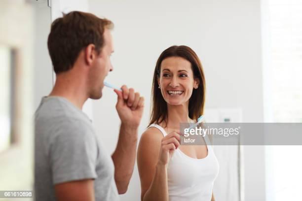 gotta kijken na onze winnende glimlacht - relatieproblemen stockfoto's en -beelden