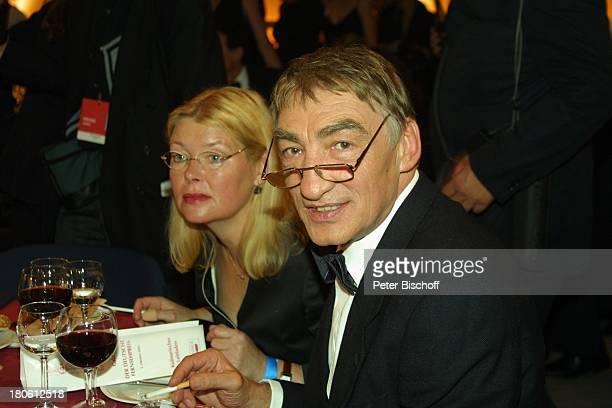 """Gottfried John, Ehefrau Brigitte John, Gala Verleihung """"Deutscher Fernsehpreis 2002"""", Köln, , """"Coloneum"""", Getränk, Glas Rotwein, Weißwein, Brille,"""