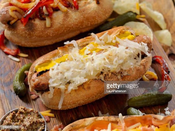 gastronomische bratwurst honden - zuurkool stockfoto's en -beelden