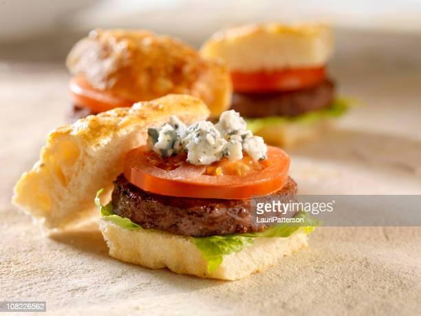 gourmet mini burgers with blue cheese - blauwschimmelkaas stockfoto's en -beelden