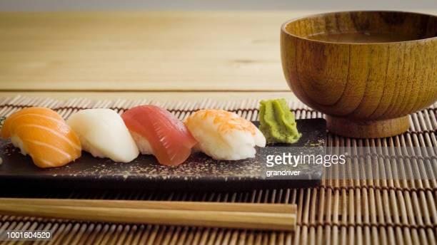 味噌椀・箸付けプレートのグルメ寿司 - ワサビ ストックフォトと画像