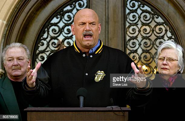 MN Gov Jesse Ventura announcing his decision to withdraw from Reform Party at press conference on steps of gov's mansion