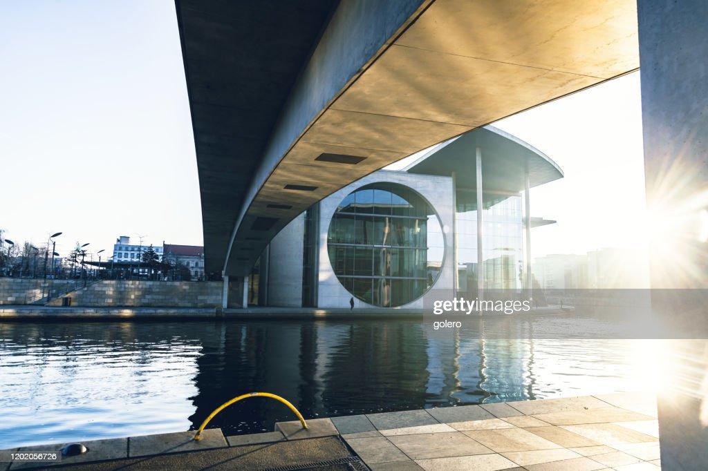 冬の朝日のベルリンの政府地区 : ストックフォト